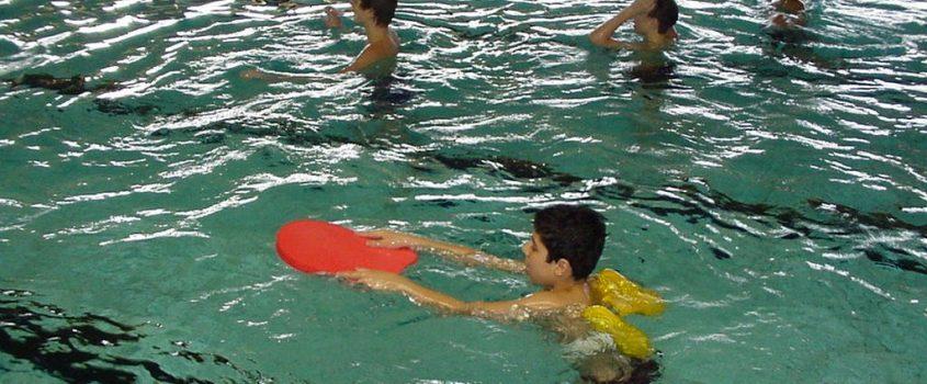 Barn i simhallen