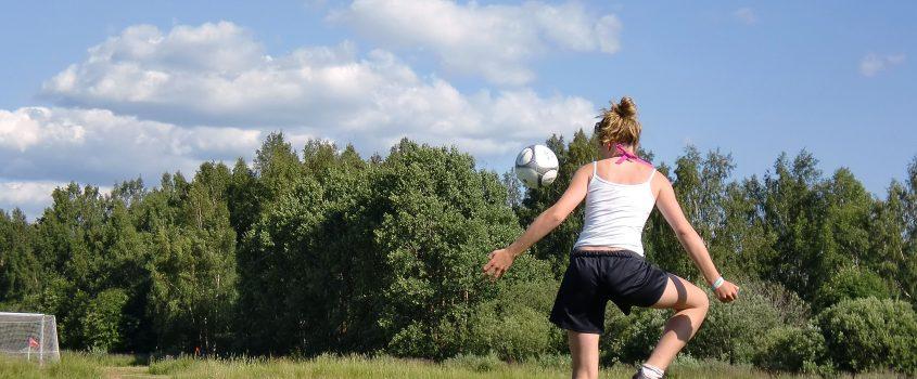 Ung tjej spelar fotboll