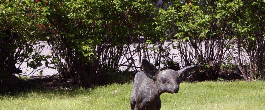 Staty av rådjurskid framför äldreboendet Åsen i Sparreholm