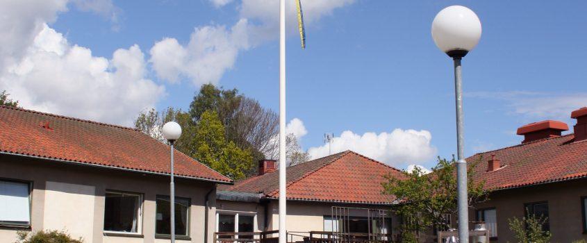 Flaggstång på äldreboendet Åsens bakgård