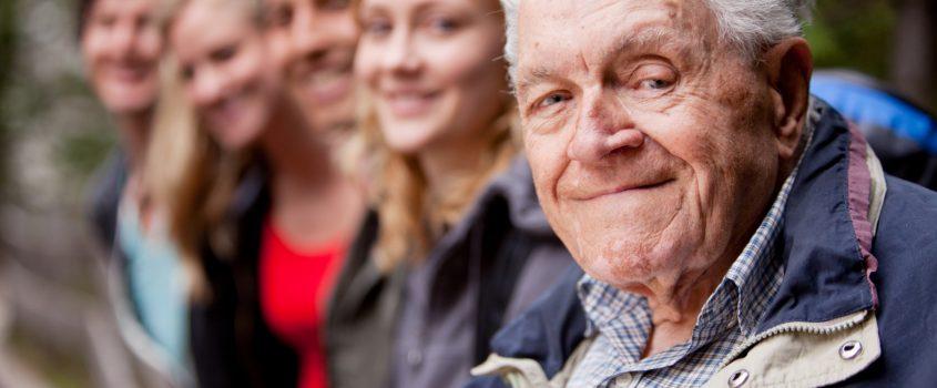 Ett led av människor med olika ursprung, kön etc - en äldre man i förgrunden