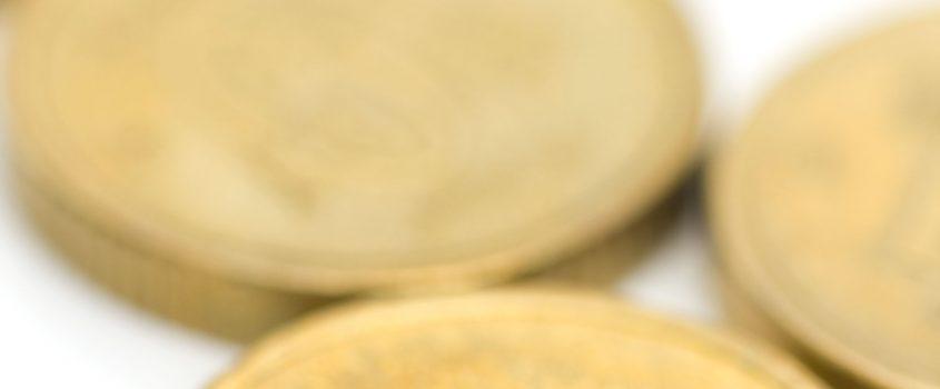 En antal 10-kronor på vit bakgrund