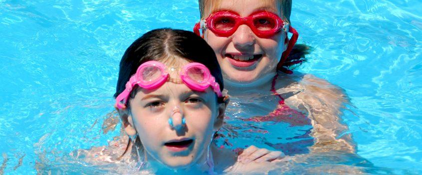 Flickor i pool