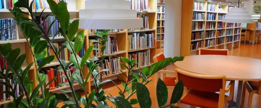 Bord och stolar i ett bibliotek