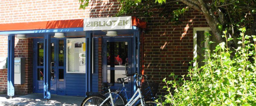 Ingången till Hälleforsnäs bibliotek.