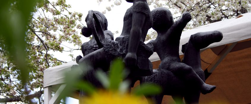 Staty av barn på korttidsboendet Hedens innergård