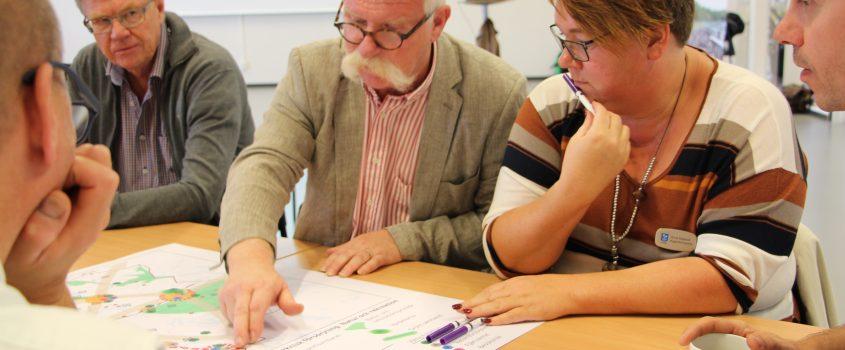 Politiker och tjänstemän runt ett bord diskuterar förslag till ny översiktsplan.