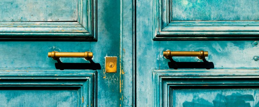 Turkos dubbeldörr med modern låskista