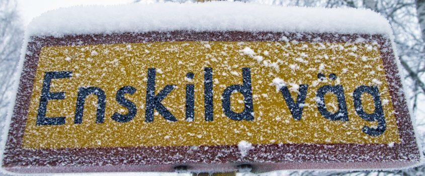 Snöig vägskylt - enskild väg