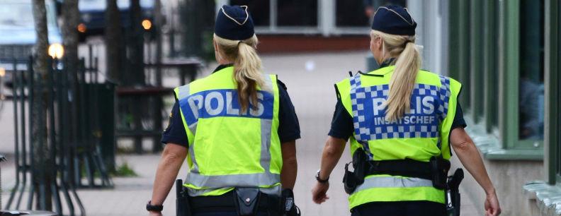 Två poliser med reflexvästar