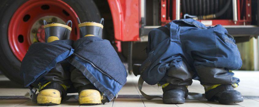 Utrustning för brandmän - stövlar redan nedstoppade i byxorna för snabb påtagning