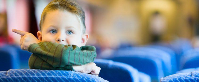 Pojke pekar ut från ett tågfönster