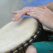 Händer på handtrumma
