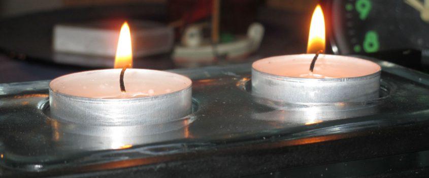 Två värmeljus i ljusstake