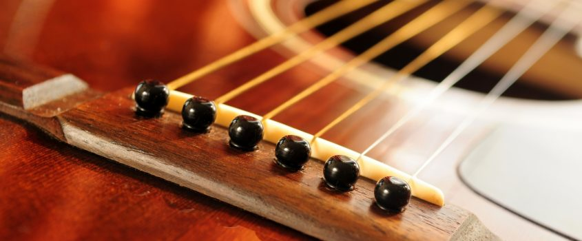 Närbild på en gitarr