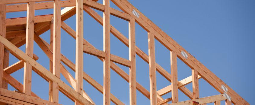 Trästommen på ett hus under konstruktion