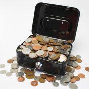 Kassaskrin överfyllt med mynt