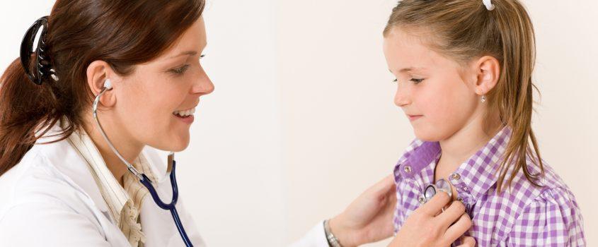 Läkare som undersöker flicka