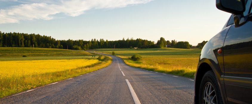 Bil på en öppen bilväg ute på landsbygden