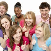 En grupp ungdomar som gör tummen upp