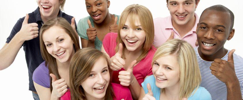 Ungdomar som gör tummen upp