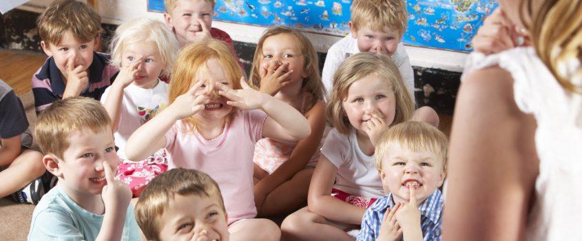 Barn som sitter på golvet i ett klassrum