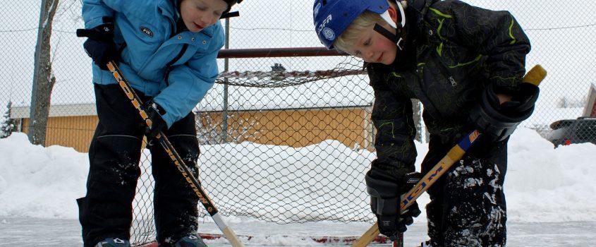 Pojkar som spelar ishockey