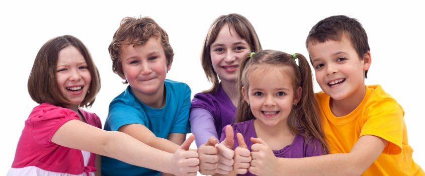 Glada barn som gör tummen upp.