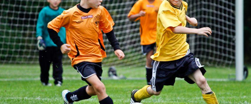 Pojkar som spelar fotboll