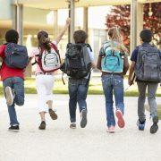 Barn som går på skolområde