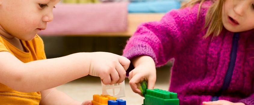 Barn bygger med klossar