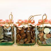 Glasburkar fyllda med mynt