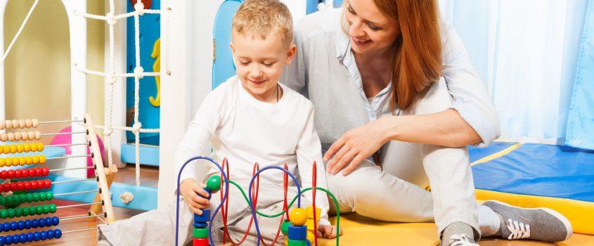 Pojke och kvinna som leker med leksak