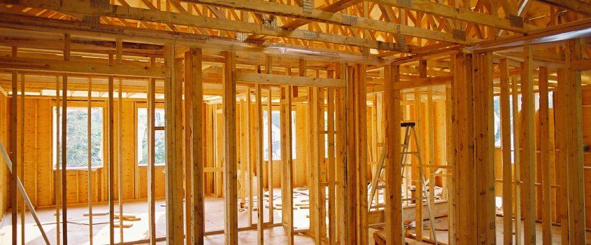 Inuti trästommen av ett hus som är under konstruktion
