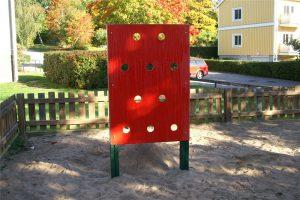 Klättervägg i en inhängnad lekplats
