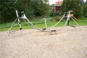 Lekplats med rutschkana och ställning.