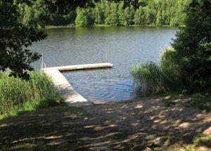 Skebokvarnsbadet. Badplats med brygga.