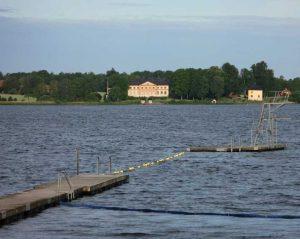 Brygga med hopptorn i sjö