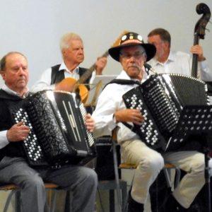 Fyra män som spelar dragspel och andra instrument.
