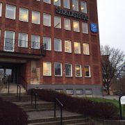 Stadshuset med den nyuppsatta skylten av Sörmlads hjärta.