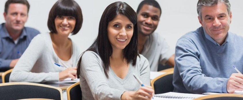 Unga vuxna studenter sitter på föreläsning