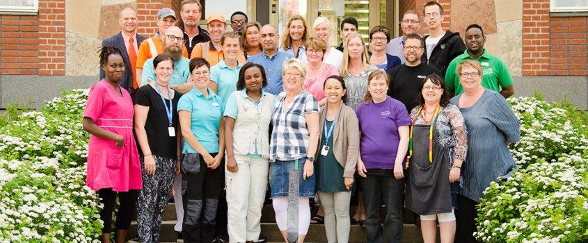 Gruppbild med personal från Flens kommun framför stadshuset
