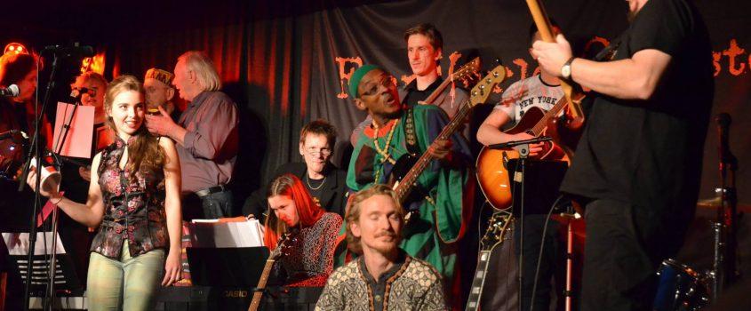 Flens Världsorkester uppträder på Amazon i Flen.
