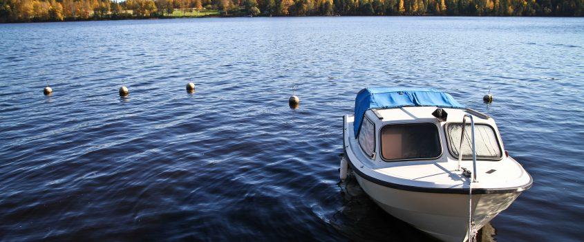Båt som ligger förtöjd vid en brygga.