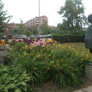 Planteringar och staty vid Prins Wilhelms torg i Flen