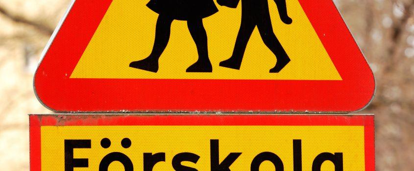 Varningsskylt - vägskylt för för barn vid förskola
