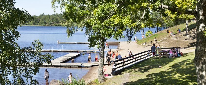 Orresta ö i Flen - vy över badplatsen från verandan på cafeterian