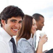 Affärsman med sina kollegor på kontoret