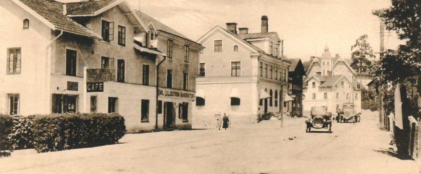 Från äldre vykort - vy över gatuparti i centrala Flen