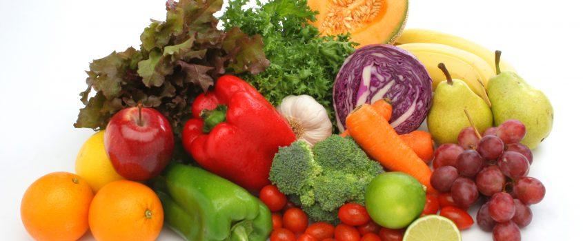 Färgstarka grönsaker och frukt i en hög